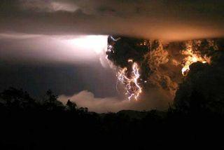 Lightning-volcano3